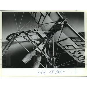 1982 Press Photo Vic Sebring Flying His Aluminum Aircraft Above Lake Elsinore