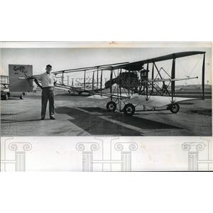 1974 Press Photo Dale Crites by a replica of a Curtiss Pusher plane in Waukesha