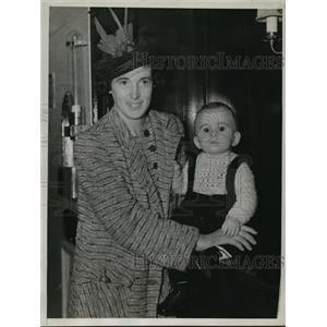 1939 Press Photo New York Mrs Elizabeth Kane w/ Son on S.S. Iroquois Convoy NYC