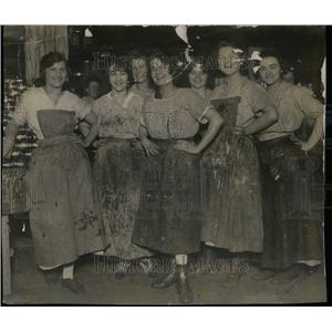 1915 Press Photo Packinghouse Workers Canning Factory