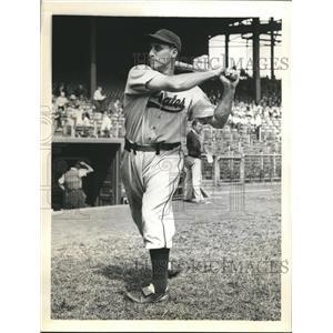 1938 Press Photo Pirates outfielder John Rizzo ready for world series vs Yankees