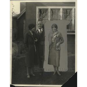 1931 Press Photo Elizabeth Rarden with parents Mr. & Mrs. C.B. Rarden arrives